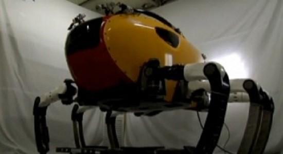 Размером робот с небольшой автомобиль, но потому, что он сделан на подобии крабов и омаров - он может выполнять работу также в мелкое воде и в потоках течения.